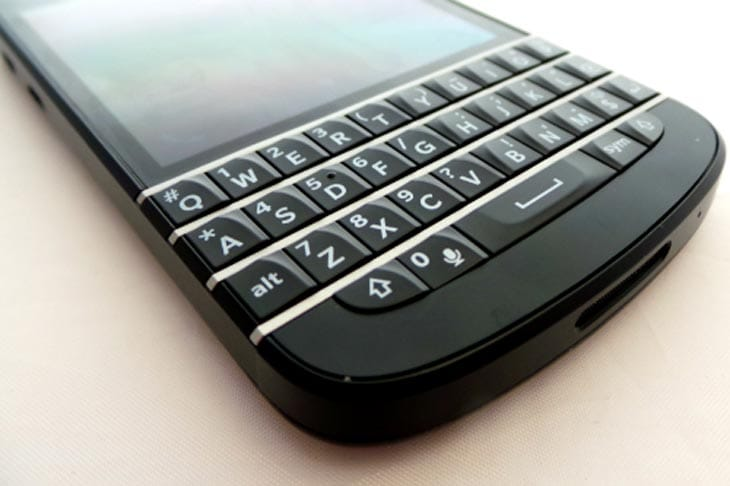 BlackBerry-Q10-Front-Botttom