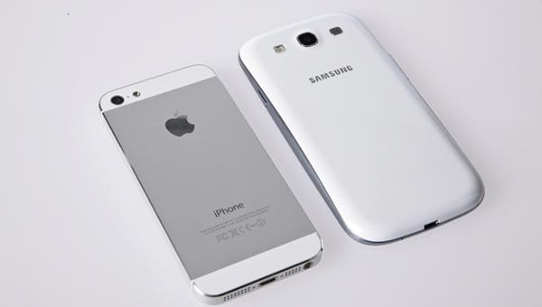 Galaxy-S3-vs-iPhone-5-materials