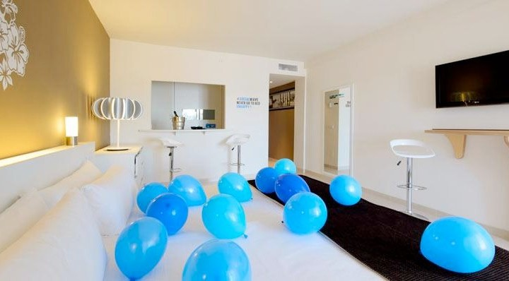 Social media hotel offers Twitter themed rooms